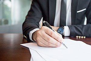 Person som skriver på ett papper