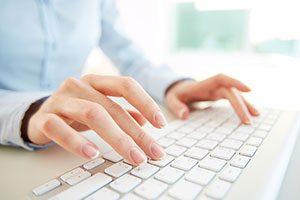 Person som skriver på ett dator-tangentbord
